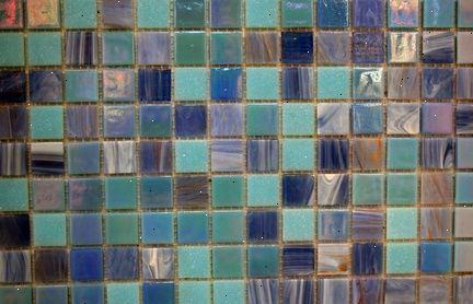 Glazen mozaïek tegels snijden
